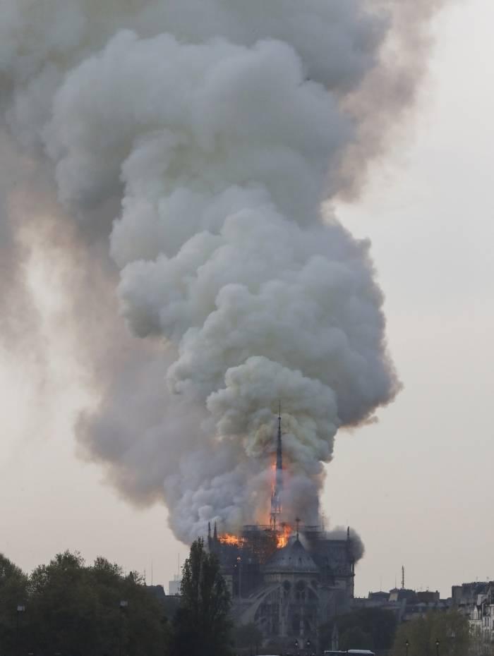 Catedral Notre Dame, em Paris, pega fogo