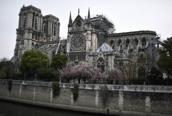 A Catedral medieval de Notre-Dame ficou famosa por Victor Hugo. As enormes torres ladeadas de gárgulas são reconhecíveis até mesmo por quem nunca visitaram a cidade