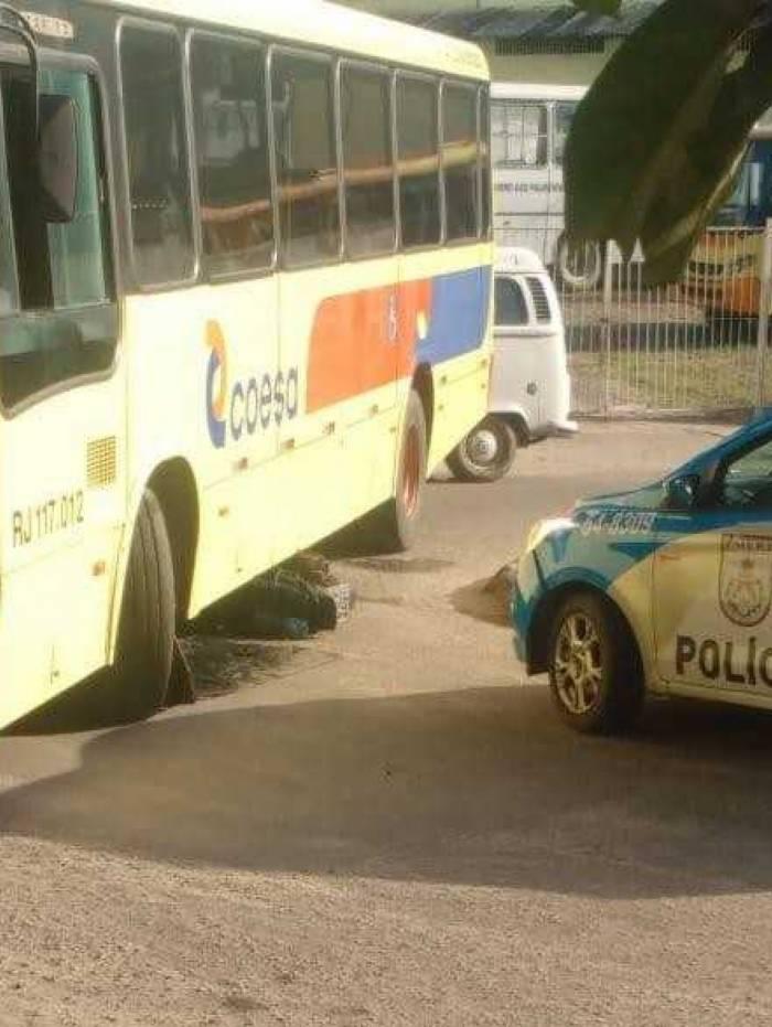 Vítima teria sido atropelada após colidir com ônibus