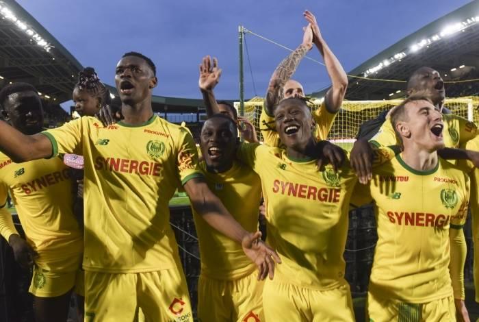 Jogadores do Nantes comemoram a vitória por 3 a 2 sobre o PSG