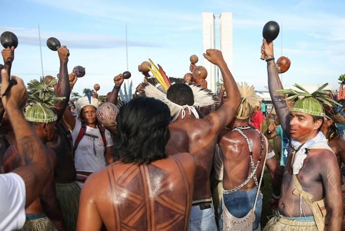 Povos indígenas ocupam área próxima ao Congresso Nacional durante manifestação em abril de 2017