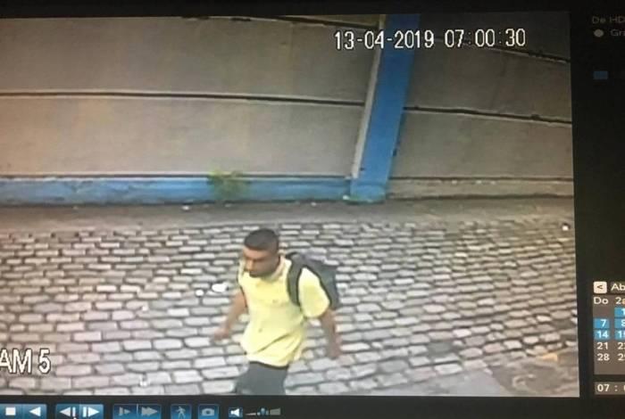 Um homem entra na delegacia e rouba celulares em São Paulo