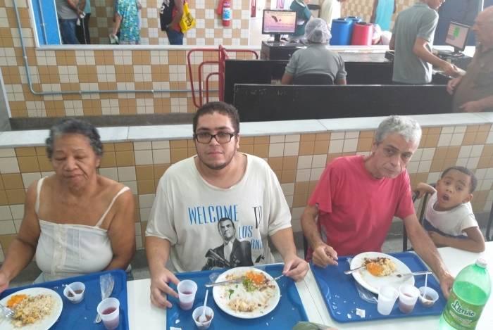 Marcelo Medeiros almoça com os pais e o sobrinho em Bonsucesso