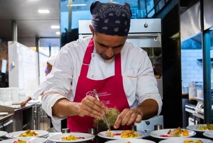 Rodrigo Sardinha, cozinheiro do Refettorio Gastromotiva