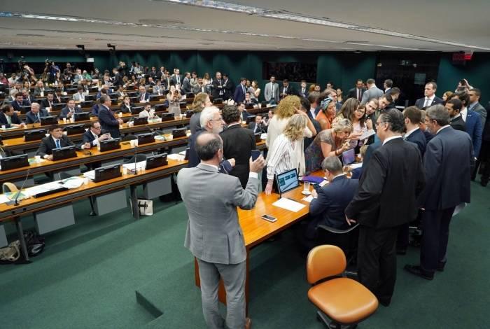 Parlamentares não se entenderam e votação ficou para terça-feira