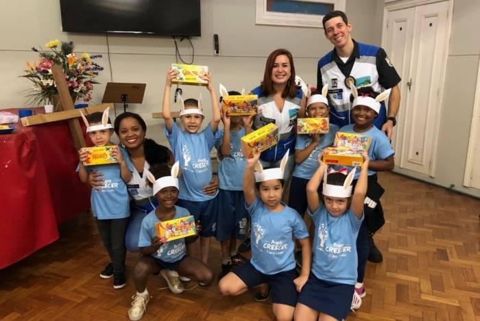 Agentes entregam chocolates para crianças carentes
