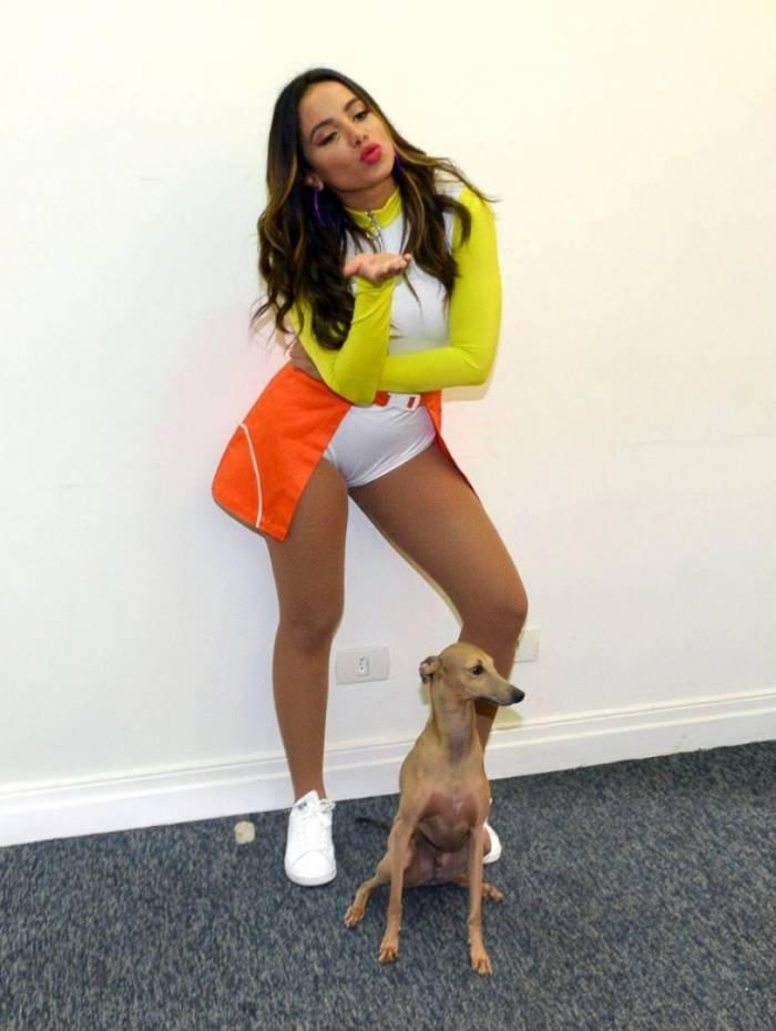 Anitta e seu cachorro Plínio