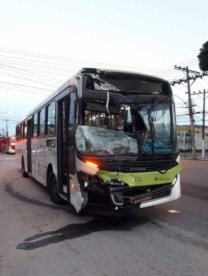Ônibus colidem em Realengo e nove pessoas ficam feridas