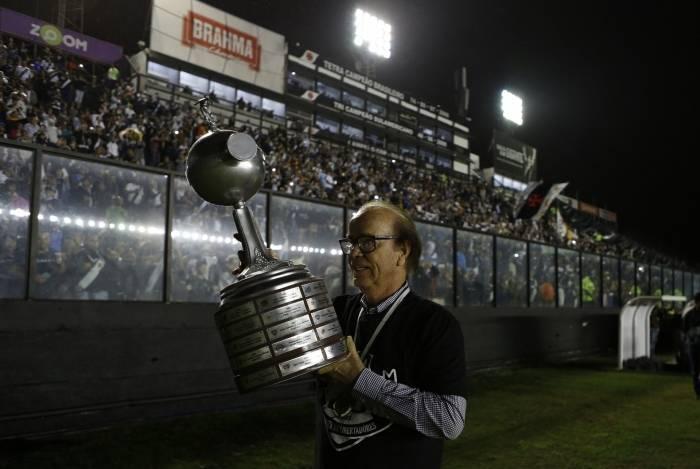 Antônio Lopes com o troféu da Libertadores da América de 1998: maior conquista com o time cruzmaltino