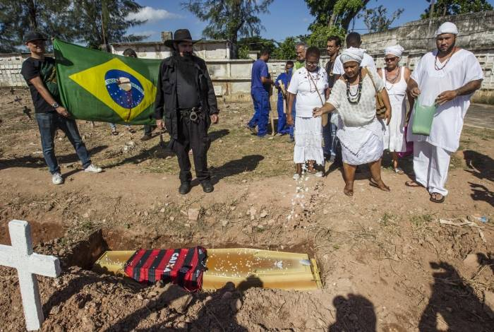 Enterro do catador Luciano Macedo no Cemitério do Caju