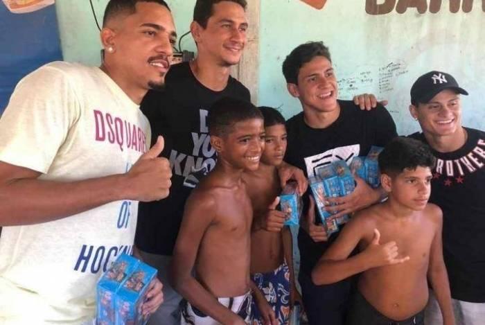 Jogadores do Flu distribuíram chocolates para adocicar a Páscoa na Cidade de Deus