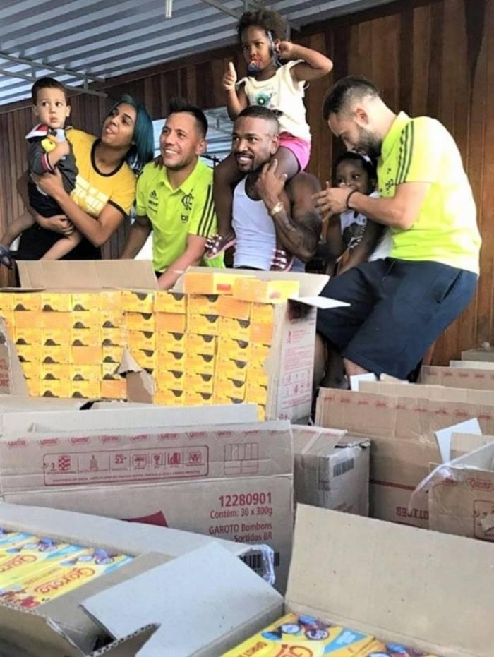 O Goleiro Diego Alves e o meia Éverton Ribeiro, fizeram a festa da criançada no Borel nesta sexta-feira