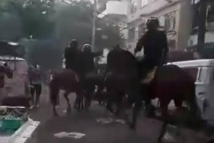 Policiais militares da cavalaria foram atacados por torcedores após partida entre Vasco e Fluminense em fevereiro