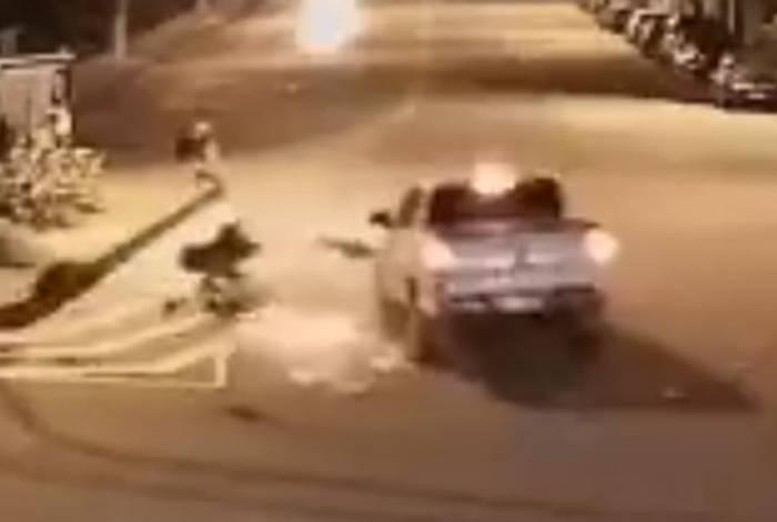 Momento em que motociclista é atropelado por uma pick-up no Largo da Batalha
