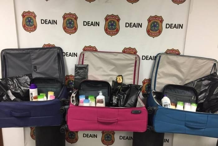 Cosméticos com a droga estavam dentro das malas