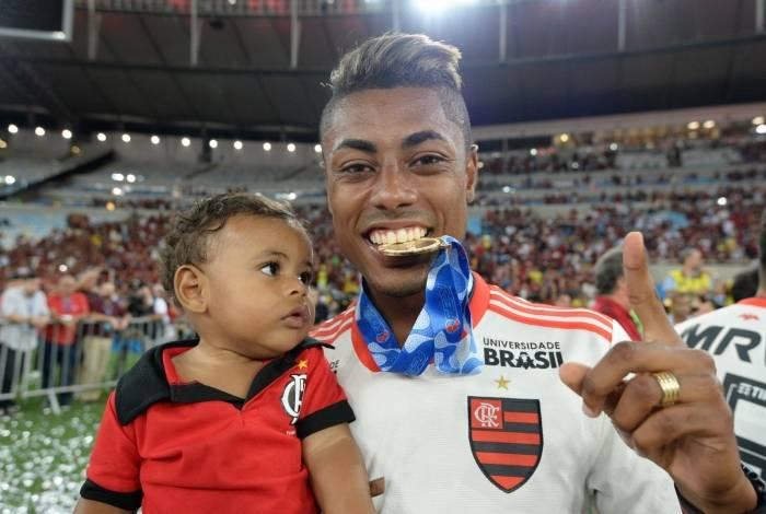 Bruno Henrique comemora com filho Lorenzo, de apenas oito meses