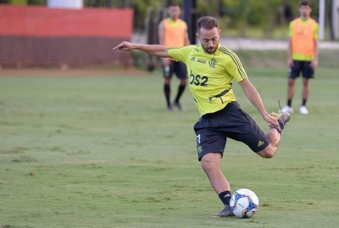 Everton Ribeiro se empenha num treino: prestígio de sobra com Abel Braga e a torcida rubro-negra