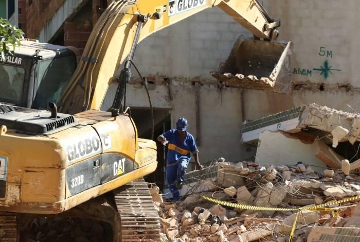 Prefeitura inicia operação de demolição na Muzema