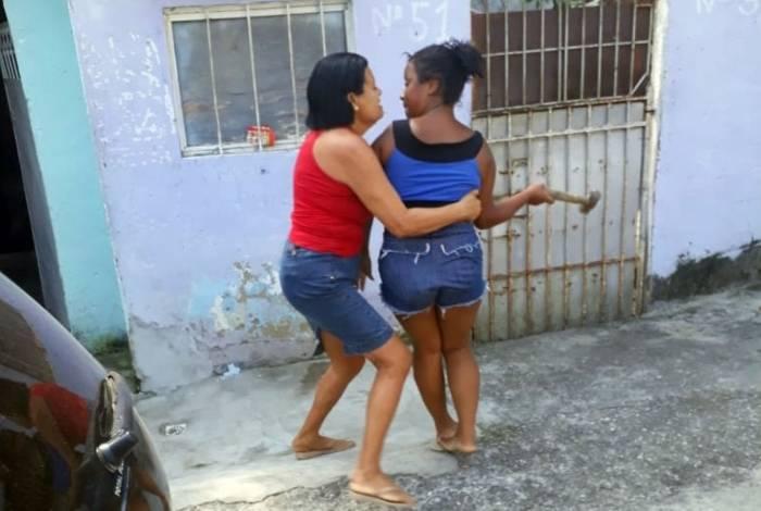 Mulher teve que ser controlada por vizinhos do ex