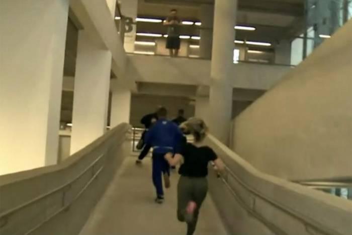 A repórter Luiza Vaz corre até o 10º andar de prédio no dia mundial sem elevador