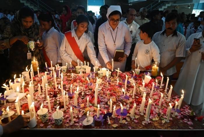 Freiras acendem velas para mortos nos ataques suicidas do domingo de Páscoa no Sri Lanka, na Igreja de Fátima em Islamabad