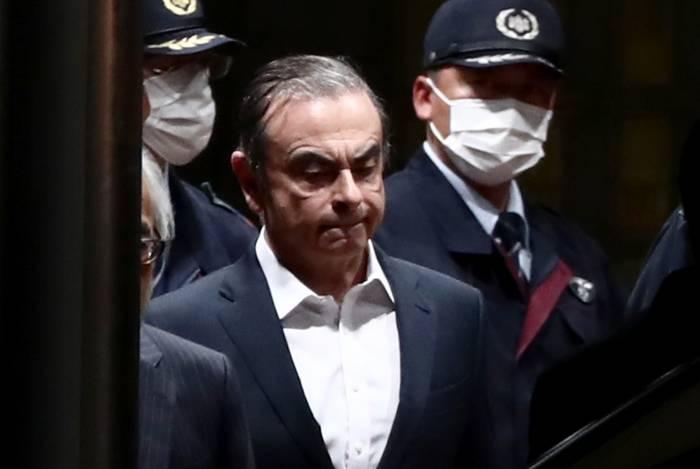 Carlos Ghosn deixou a prisão cercado por guardas