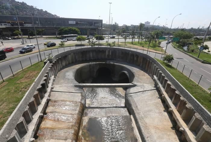 25/04/2019 - O prefeito do Rio de Janeiro, Marcelo Crivella, inaugurou a obra de desvio de parte do curso do Rio Joana, do programa de controle de enchentes da Grande Tijuca. Iniciada em 2012 e com uma extensão de 3.412 metros, sendo 2.400 metros de túnel (o maior túnel de drenagem urbana do Brasil) e 1.012 metros de galeria, a obra permite que parte das águas do Joana seja despejada diretamente na Baía de Guanabara, evitando tanto a sobrecarga na Bacia do Canal do Mangue quanto as enchentes na região da Praça da Bandeira. Foto: Daniel Castelo Branco / Agência O Dia