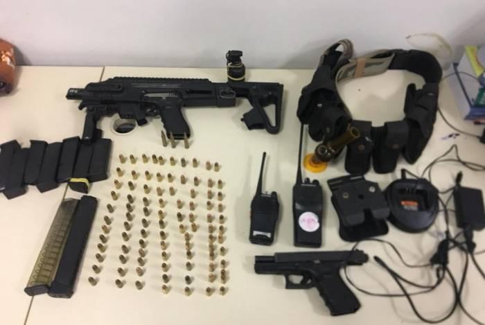 Apreensão feita pela polícia com Matemático: carregadores, munições, uma pistola e uma granada