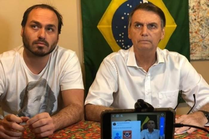 O vereador licenciado Carlos Bolsonaro com o pai, Jair, durante a campanha eleitoral