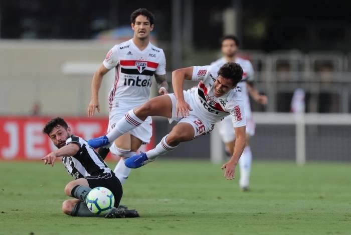 João Paulo (no chão) disputa a bola com Igor Gomes: o Botafogo pecou ao não criar jogadas de ataque