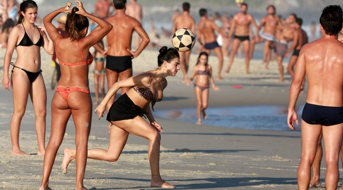 Isis Valverde se diverte na Praia da Barra da Tijuca, na Zona Oeste do Rio