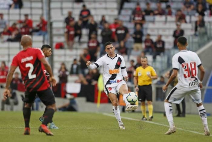 Danilo Barcelos tenta dominar a bola: desatento na defesa, o Vasco foi presa fácil para o Athletico-PR