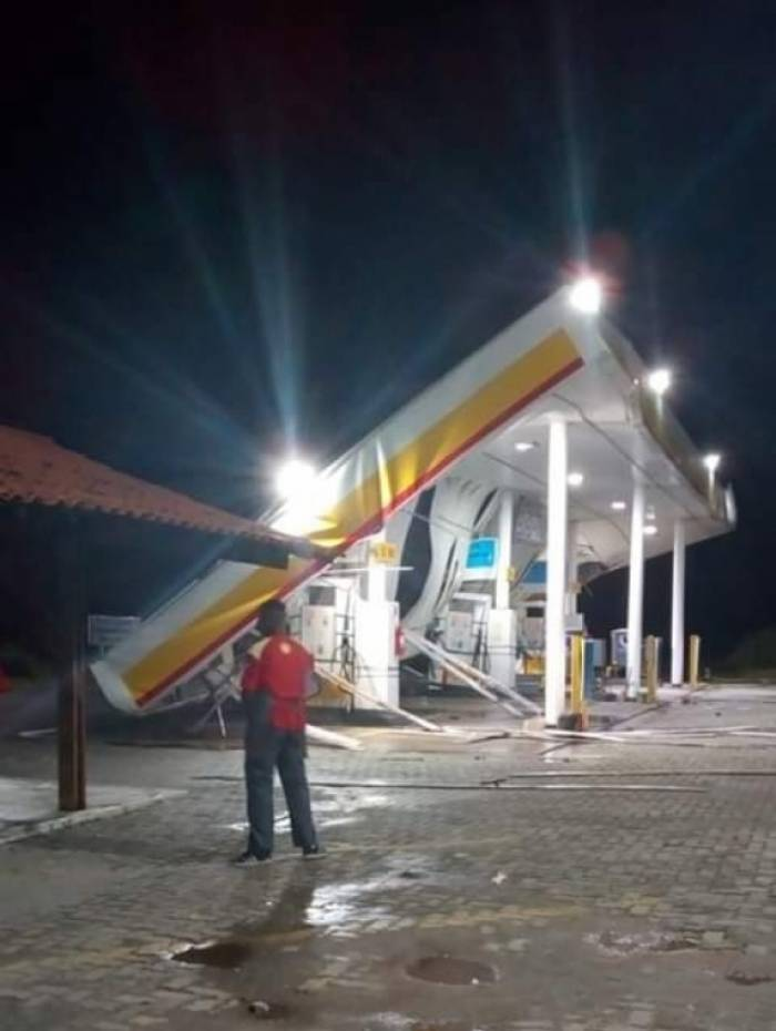 Teto de posto de gasolina caiu com as rajadas de vento em Itaguaí, Região Metropolitana do Rio
