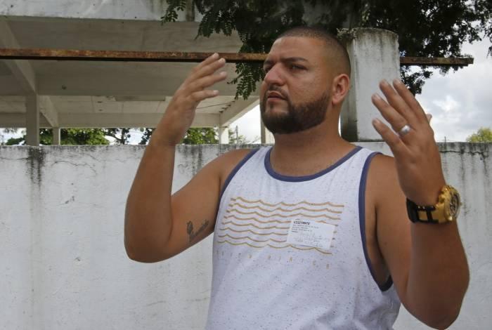 Reinaldo Martins da Silva, filho de Reginaldo José da Silva. Ele denuncia que pai morreu após falta de luz no Hospital Municipal Albert Schweitzer, em Realengo