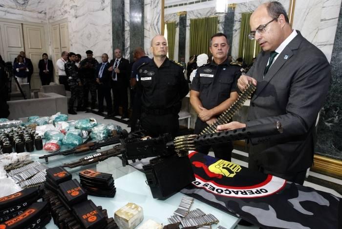 Witzel posa com armas apreendidas no Complexo do Alemão O Dia ...