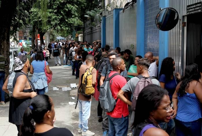 Na busca por uma vaga de emprego, centenas de pessoas encararam longas filas na manhã desta terça-feira