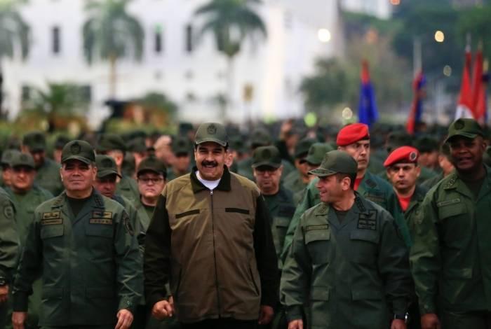 O presidente Maduro e o ministro da Defesa, Vladimir Padrino, mostraram que militares continuam leais