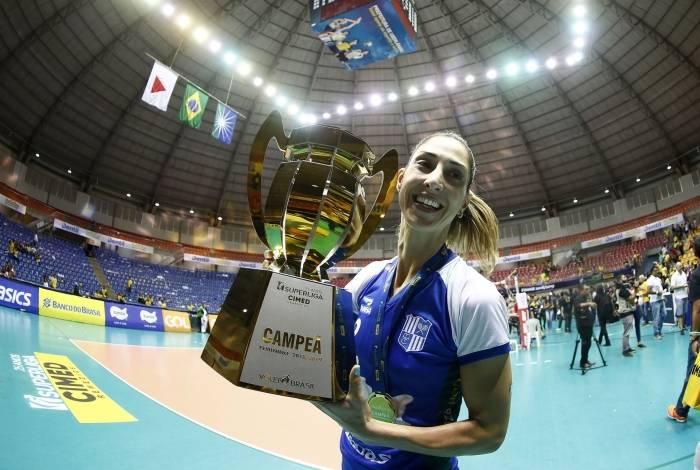 Carol Gattaz com o troféu de campeã da Superliga pelo Itambé/Minas