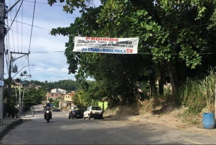 Traficantes instalaram faixa proibindo os assaltos em Niterói