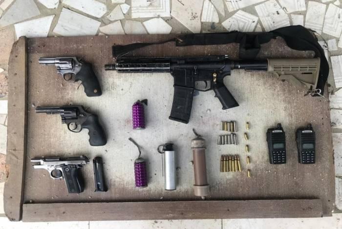 Armas apreendidas com suspeitos  durante confronto em comunidade de Belford Roxo. Cidade é uma das que mais tem tiroteios