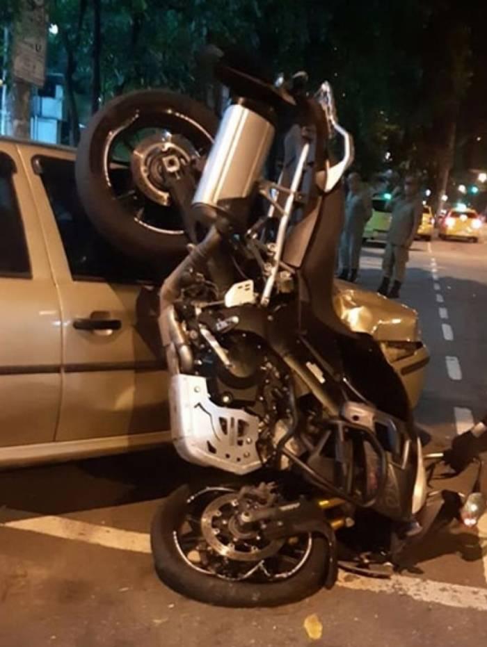 A moto em que Assad dirigia bateu em um carro que estava estacionado na calçada
