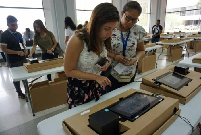 Eleitores fazem parte de uma simulação de votação digital na Cidade do Panamá, 4 de maio de 2019, véspera da eleição presidencial
