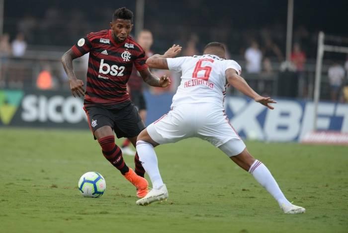 Lateral do Flamengo, Rodinei tenta a jogada diante da marcação de Reinaldo, do São Paulo