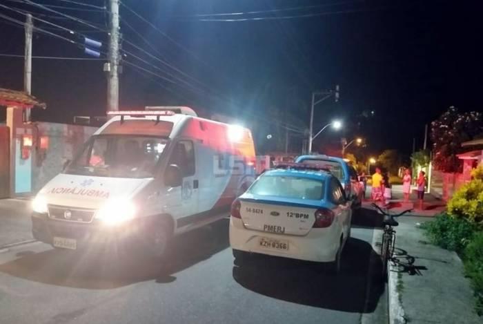 Policiais são suspeitos de matar vizinho após briga em Itaipuaçu, em Maricá. Um deles foi preso em flagrante e o outro fugiu