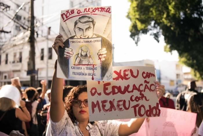 Alunos de instituições federais do Rio fazem protesto contra corte de verbas na Educação na frente do Colégio Pedro II da Tijuca. Em frente, Bolsonaro participa de cerimônia de 130 anos do Colégio Militar