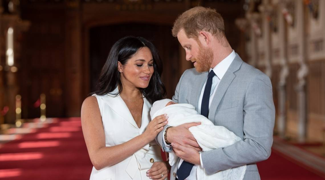 Príncipe Harry e Meghan Markle apresentam seu filho