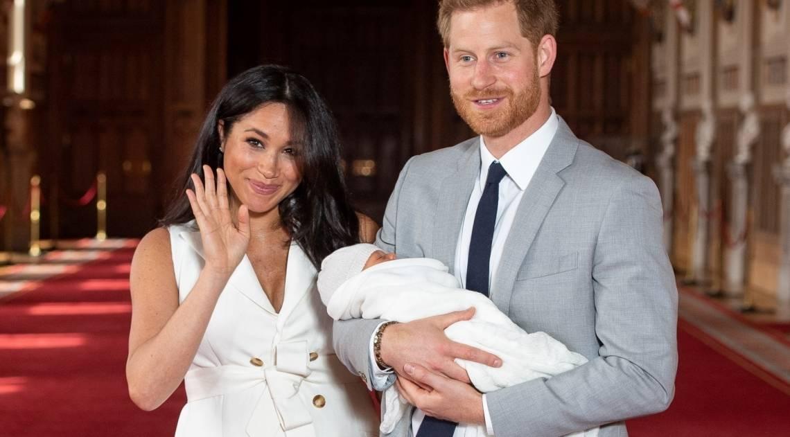 Meghan Markle e Príncipe Harry apresentam seu filho