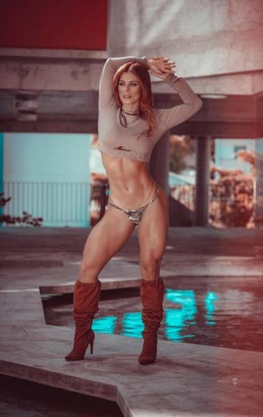 Musa fitness Deborah Albuquerque fica ruiva e posa para ensaio sensual