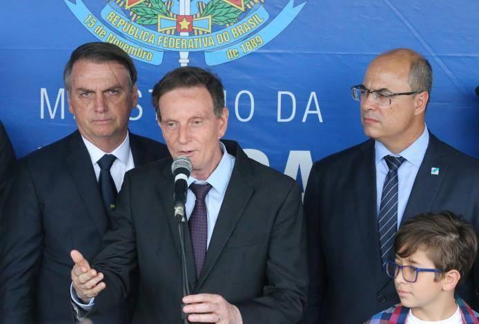 Prefeito Marcelo Crivella usou as redes sociais para anunciar o pagamento antecipado; governado de Wilson Witzel ainda não cravou