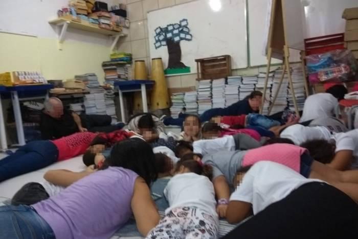 Alunos e professores da Escola Municipal Antonio Joaquim de Oliveira, em Sapinhatuba 1, deitaram no chão para fugir da linha de tiro